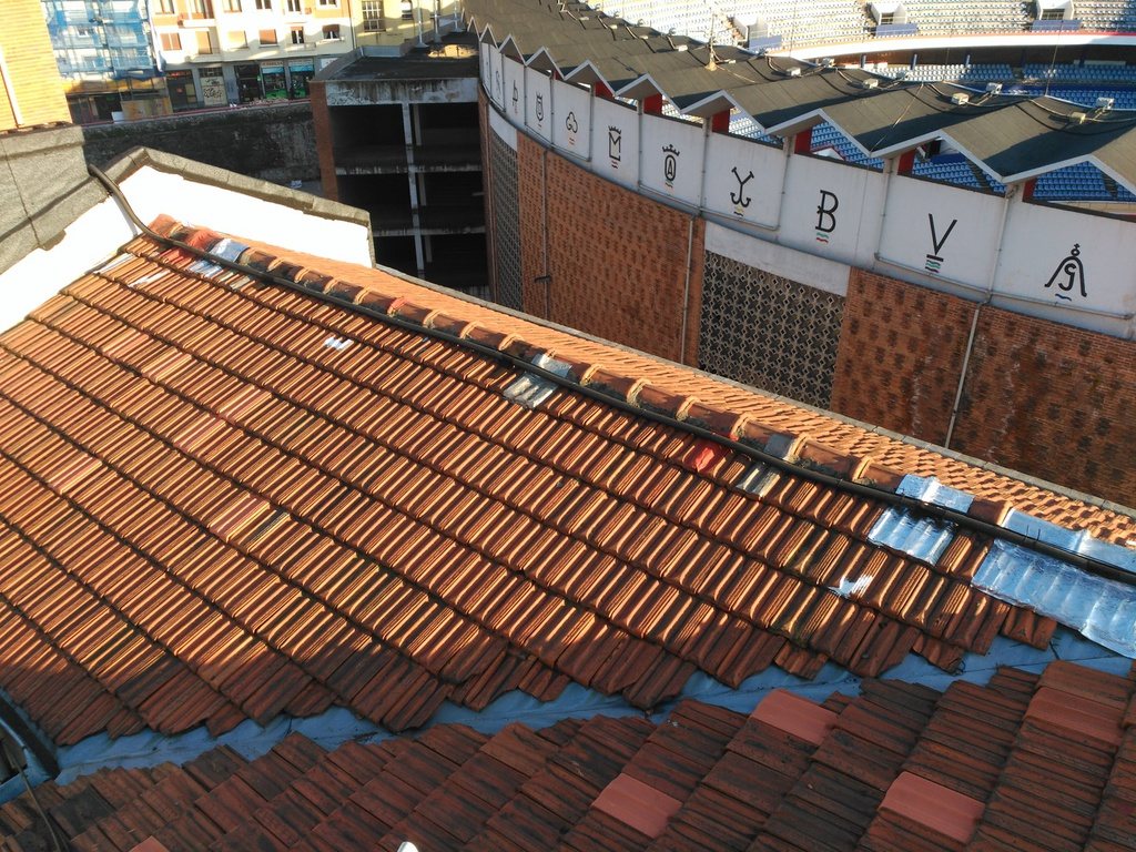 Tejados montaje de tejado en panel sandwich en santiago for Tejados de madera bizkaia